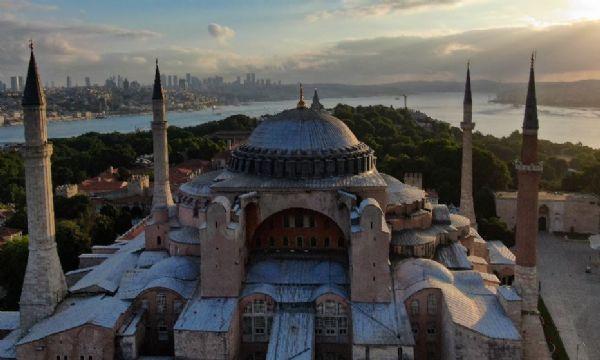 Rabbim isterse, sular büklüm büklüm burulur/ Sırtına Sakaryanın, Türk tarihi vurulur.