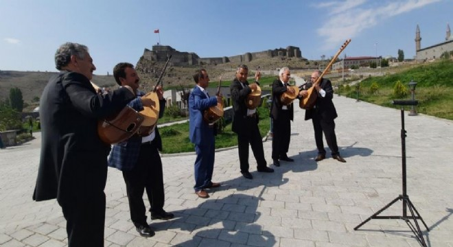 Aşıklar turistleri türkülerle karşıladı