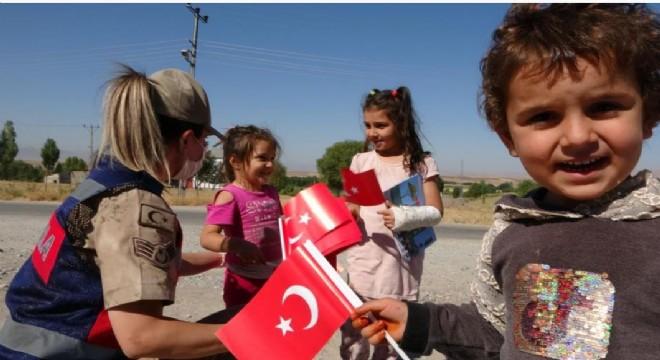 Mehmetçik'ten öğrencilere Türk bayraklı sürpriz