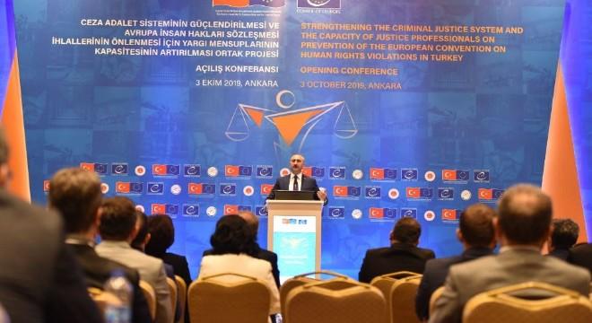 Gül, 'Terör ve iç savaş nedenleriyle istikrarsızlaştırılan bölgelerdeki insanların yaşam hakkının korunması, en yüksek adalet duygusu olarak, bütün insanlığın ortak sorumluluğundadır. Türkiye bu sorumluluğu yüklenerek insanlığın vicdanı olmuştur